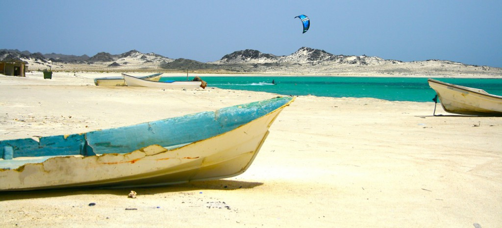 Kitebarding / Kitesurfing in front of the breathtaking scenery of Gshar-Sheikh on Maisrah Island