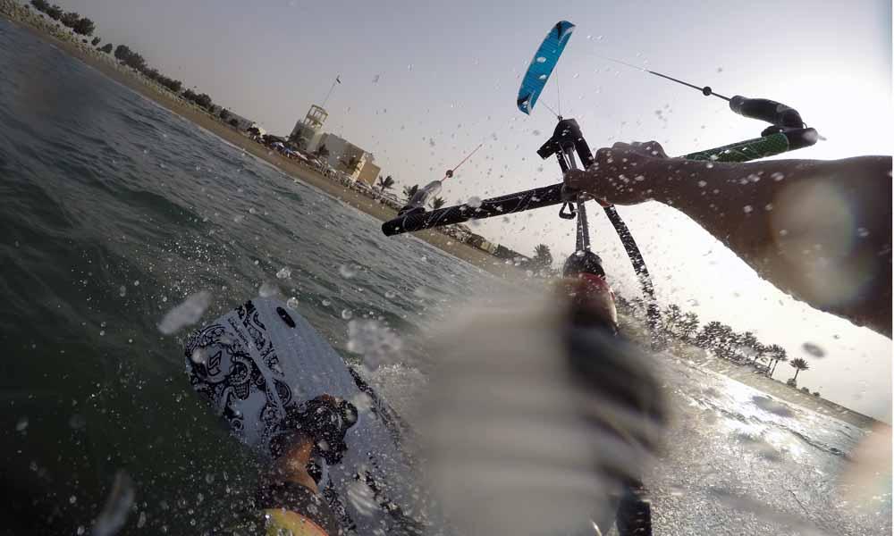 Kiteboarding / Kitesurfing auf Flysurfer Speed5 und FlydoorL vor dem Millennium Resort in Musannah, Oman.